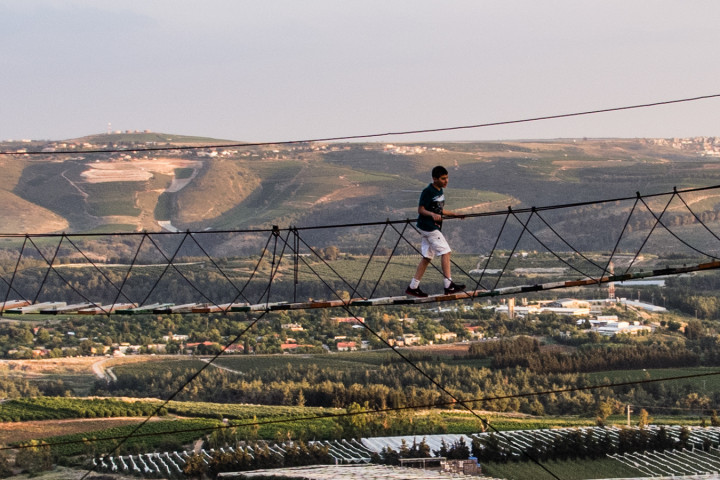 010 Percorsi e giochi militari sullo sfondo della Palestina occupata (giardino iraniano, Marun al-Ras, Sud del Libano)