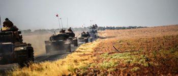 Carri armati turchi diretti a Jarabulus, una città siriana vicino al territorio turco. La foto è stata scattata a circa 5 chilometri a ovest da Karkamis, sul confine turco-siriano, 25 agosto 2016 (BULENT KILIC/AFP/Getty Images)